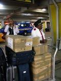 Portier in internationale luchthaven stock foto