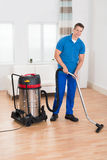 Portier masculin Vacuuming Floor photographie stock libre de droits