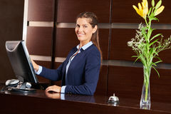 Portiere amichevole alla ricezione dell'hotel Fotografie Stock