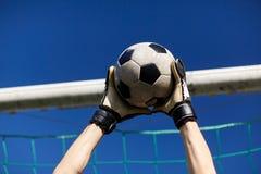 Portiere con la palla allo scopo di calcio sopra il cielo Fotografia Stock Libera da Diritti