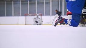 Portiere del hockey su ghiaccio che sta al portone durante la partita dell'hockey sul ghiaccio sui precedenti video d archivio