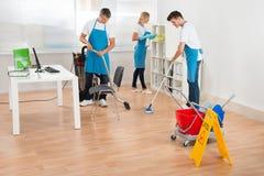 Portieri nell'ufficio blu di pulizia del grembiule Fotografia Stock