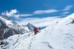 Portiers avec la charge lourde, Népal Image stock