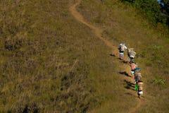 Portiers die omhoog de berg dragen Royalty-vrije Stock Afbeeldingen