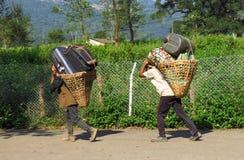 Portiers die zware bagage in een mand vast met een hoofdriem, Tumlingtar, Khandbari, Nepal dragen royalty-vrije stock foto's