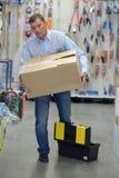Portiers dragende dozen in pakhuis Royalty-vrije Stock Foto's
