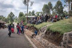 Portiers en gidsen die in Machame, Kilimanjaro/Tanzania op 16 Januari, 2016 samenkomen Stock Afbeelding