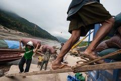 Portiers laotiens sur le Mekong Images libres de droits