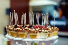 Porties van zoet smakelijk dessert op buffet Royalty-vrije Stock Foto