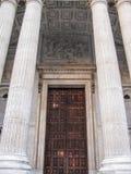 Portik av St Paul & x27; s-domkyrka i London Arkivbild