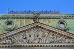 Portik med basrelief av den centrala skolan av den tekniska teckningen av baronen Shtiglits i St Petersburg, Ryssland Arkivbild