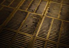 Portilla metálica de la canalización y del alcantarillado urbano subterráneo Imagenes de archivo