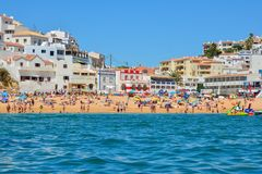 PORTIMAO, PORTUGAL - 2. AUGUST 2017: Überfüllter Strand im Süden der portugiesischen Region Algarve stockbilder