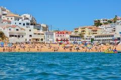PORTIMAO PORTUGAL - AUGUSTI 02, 2017: Överbefolkad strand i söderna av den portugisiska regionen Algarve Arkivbilder