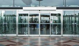 Portingång för slutlig byggnad och automatisk glass dörr arkivbild