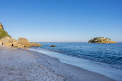 Portinho da Arrabida海滩的风景看法在塞图巴尔,葡萄牙 免版税库存照片