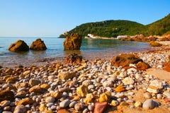 Portinho da Arrabida -靠岸在Parque自然da Arrabida, 库存照片