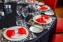 Portion av brölloptabellen, härlig festlig dekor i rött royaltyfri fotografi