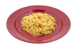 Portion av Chow Mein nudlar på en röd platta Royaltyfri Bild