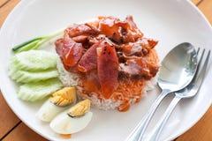Portion av ris grillat griskött överst Stock Illustrationer