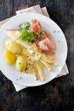 Portion av skinka, sparris och potatisar Arkivfoton