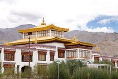 Portion centrale du monastère dans le campus de l'école Leh de Druk Lotus blanc photos libres de droits