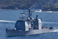 Portion classe Ticonderoga de croiseur de missile guid? d'USS Chosin CG-65 dans la marine d'Etats-Unis Sydney Harbor de d?part images stock