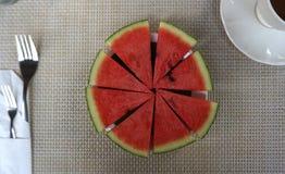 Portion découpée en tranches de pastèque dans la forme de cercle photos libres de droits