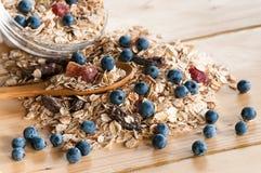 Portion de céréale en vrac sur la table en bois Image libre de droits