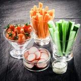 Portion de crudites de légume frais sur un buffet photos libres de droits