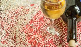 Portion de fête sur une nappe de dentelle, une bouteille de vin et un verre de vin léger de raisin Vue sup?rieure, l'espace de co image stock