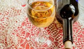 Portion de f?te sur une nappe de dentelle, une bouteille de vin et un verre de vin l?ger de raisin Vue sup?rieure, l'espace de co photo libre de droits