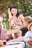 Portion de femme au repas de famille Photo stock