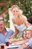 Portion de femme au repas multi de famille de rétablissement Photos stock