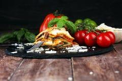 Portion de lasagne italien traditionnel épicé de boeuf dans un restauran image stock