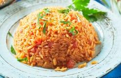 Portion de pilaf grec délicieux de riz de tomate photos stock