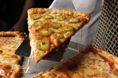 Portion de pizza de poivre au loin Photographie stock