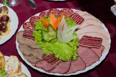 portion de plat de viande sur la table dans le restaurant photos stock