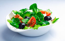 Portion de salade grecque fraîche images stock