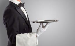 Portion de serveur avec les gants blancs et le plateau en acier photo libre de droits