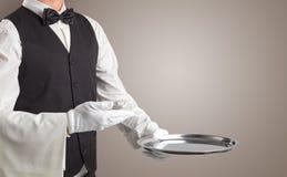 Portion de serveur avec les gants blancs et le plateau en acier photos libres de droits