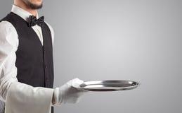Portion de serveur avec les gants blancs et le plateau en acier image libre de droits