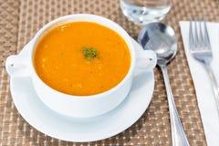 Portion de soupe crémeuse à tomate au restaurant photos stock