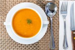 Portion de soupe crémeuse à tomate au restaurant photos libres de droits