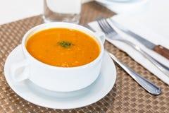 Portion de soupe crémeuse à tomate au restaurant image stock