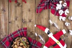 Portion de vacances et pommes de terre frites avec les champignons et la viande sur une table en bois Nourriture traditionnelle d photographie stock libre de droits