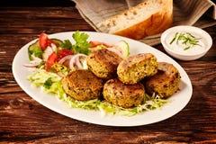 Portion des petits pâtés et de la salade turcs frits de falafel photos stock