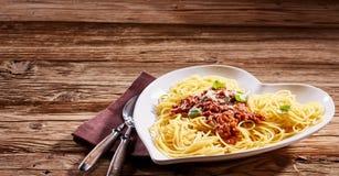 Portion des spaghetti italiens sur une table rustique photographie stock libre de droits
