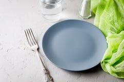 Portion grise vide de plat pour le dîner images libres de droits