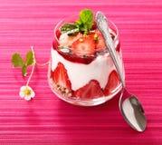 Portion individuelle de dessert de fraise images libres de droits